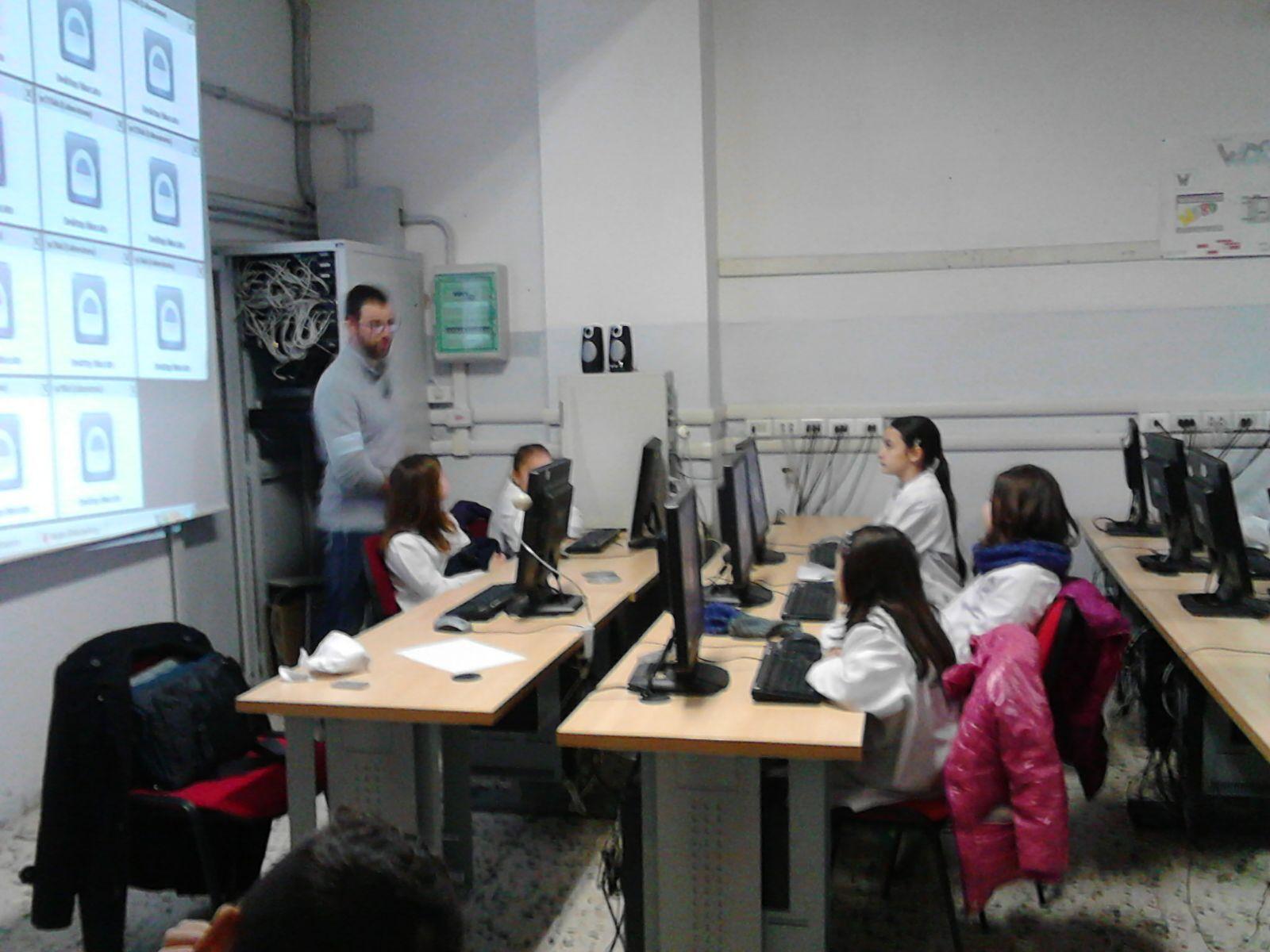 le classi 5 Marconi in aula multimediale alla Gramsci