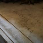 Incisione di un soldato che durante la guerra trovò riparo nella tomba di Menotti.
